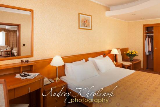Кровать в номере Люкс Гранд гостиничного комплекса «Космос». © Фотограф Андрей Хроленок