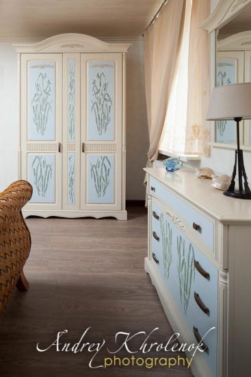Шкафы голубого цвета ручной росписи в интерьере спальни в коттедже © Фотограф Андрей Хроленок