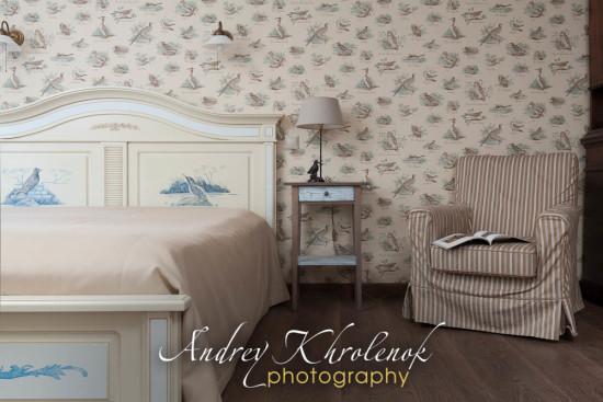 Уютная спальня охотника-рыболова в загородном коттедже © Фотограф Андрей Хроленок