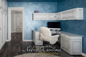 Белый мебельный гарнитур в рабочем кабинете с синими стенами. © Andrey Khrolenok