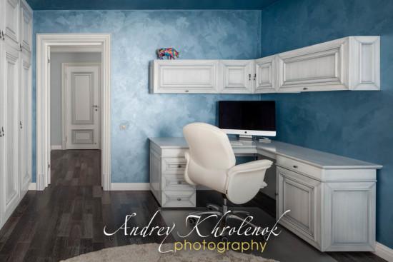 Белый мебельный гарнитур в рабочем кабинете с синими стенами. © Фотограф Андрей Хроленок