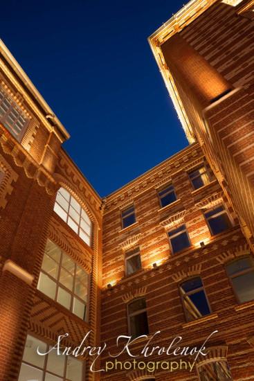 Ночной вид подсветки фабрики «Большевик». Фотограф: Андрей Хроленок