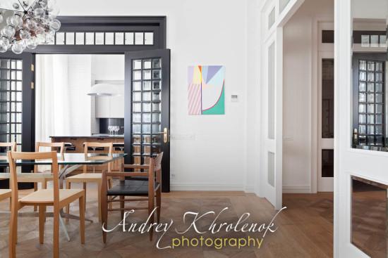 Вид на столовую в современной квартире во французском стиле. Фотограф: Андрей Хроленок